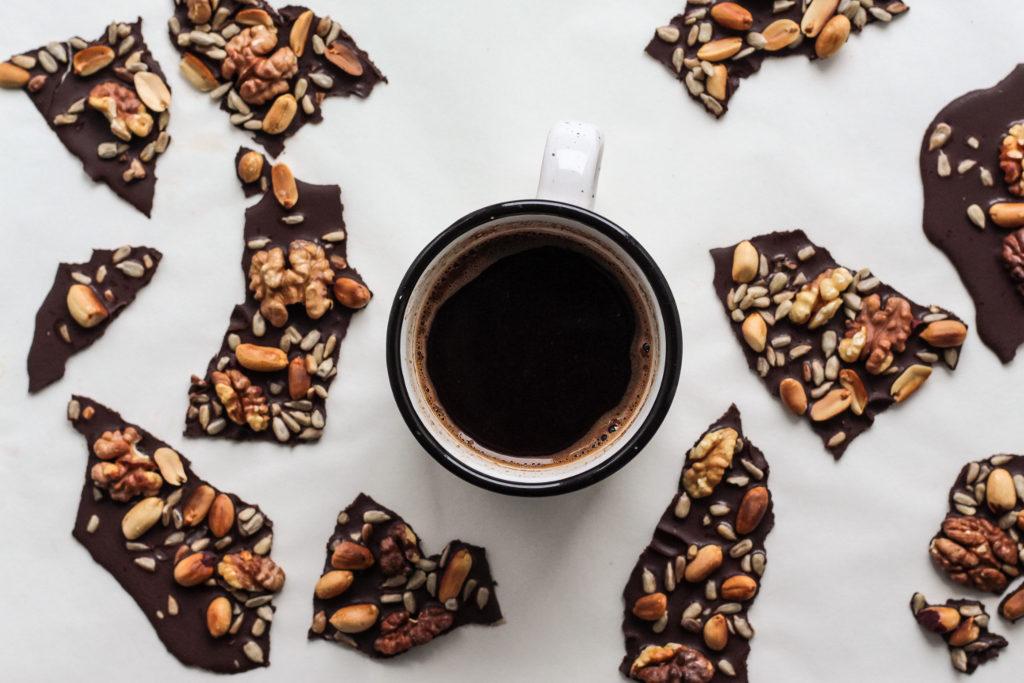 Vegane Müsliriegel mit Nüssen: Ganz leicht einfach einige Nüsse mit Bitter-Schokolade umgießen. Dazu ein Tässchen Kaffee oder Kakao