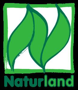 Das Bio-Siegel Naturland - ein grüner Rahmen mit stilisierten grünen Blättern darin, darunter der Schriftzug des Labels.