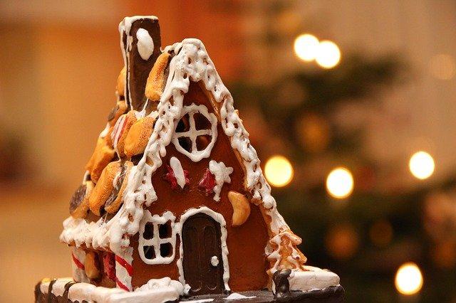 Ein fertig dekoriertes Pfefferkuchenhaus ist zu sehen.