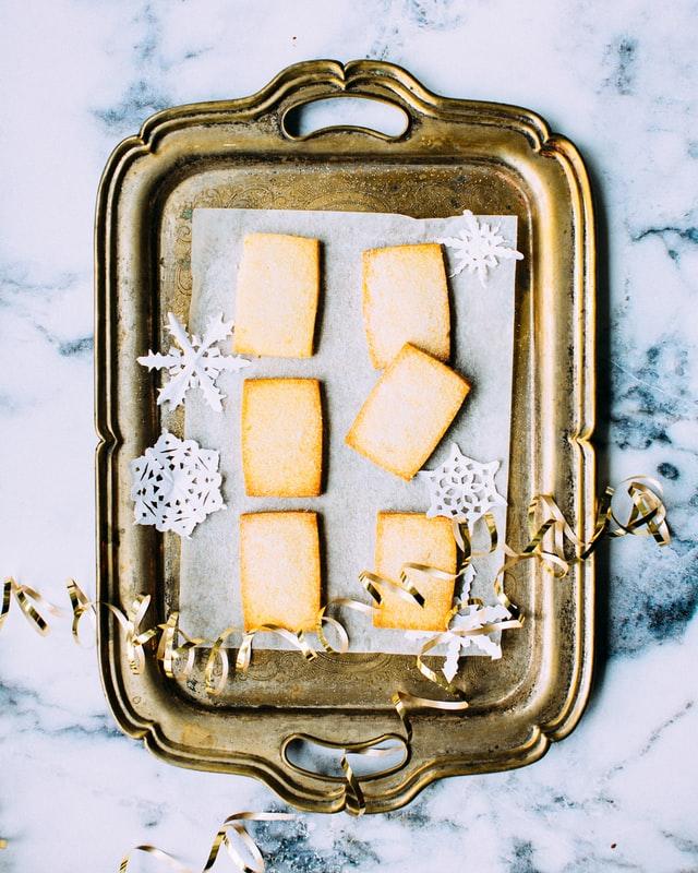 Auf einem kleinen Metall-Tablett liegen kleine rechteckige Kekse