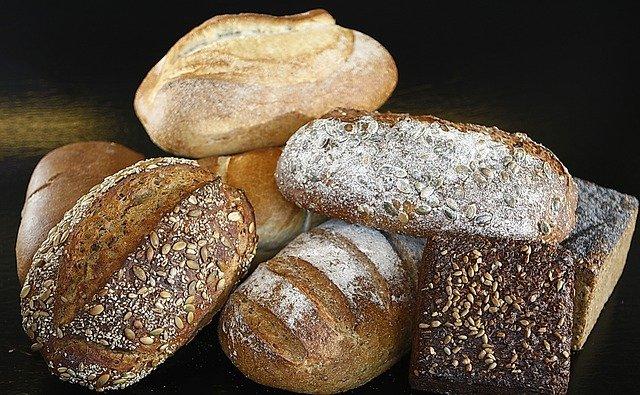 Verschiedene Brote mit unterschiedlichen Einschnitten liegen auf einem Haufen