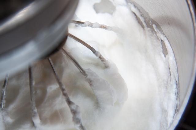 Ein Rührgerät schlägt Eischnee fest