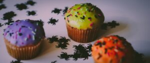 drei bunte Halloween-Muffins stehen nebeneinander